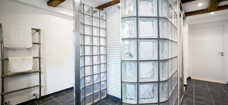 Ny-kælder-med-lækkert-luksusbad-topfoto