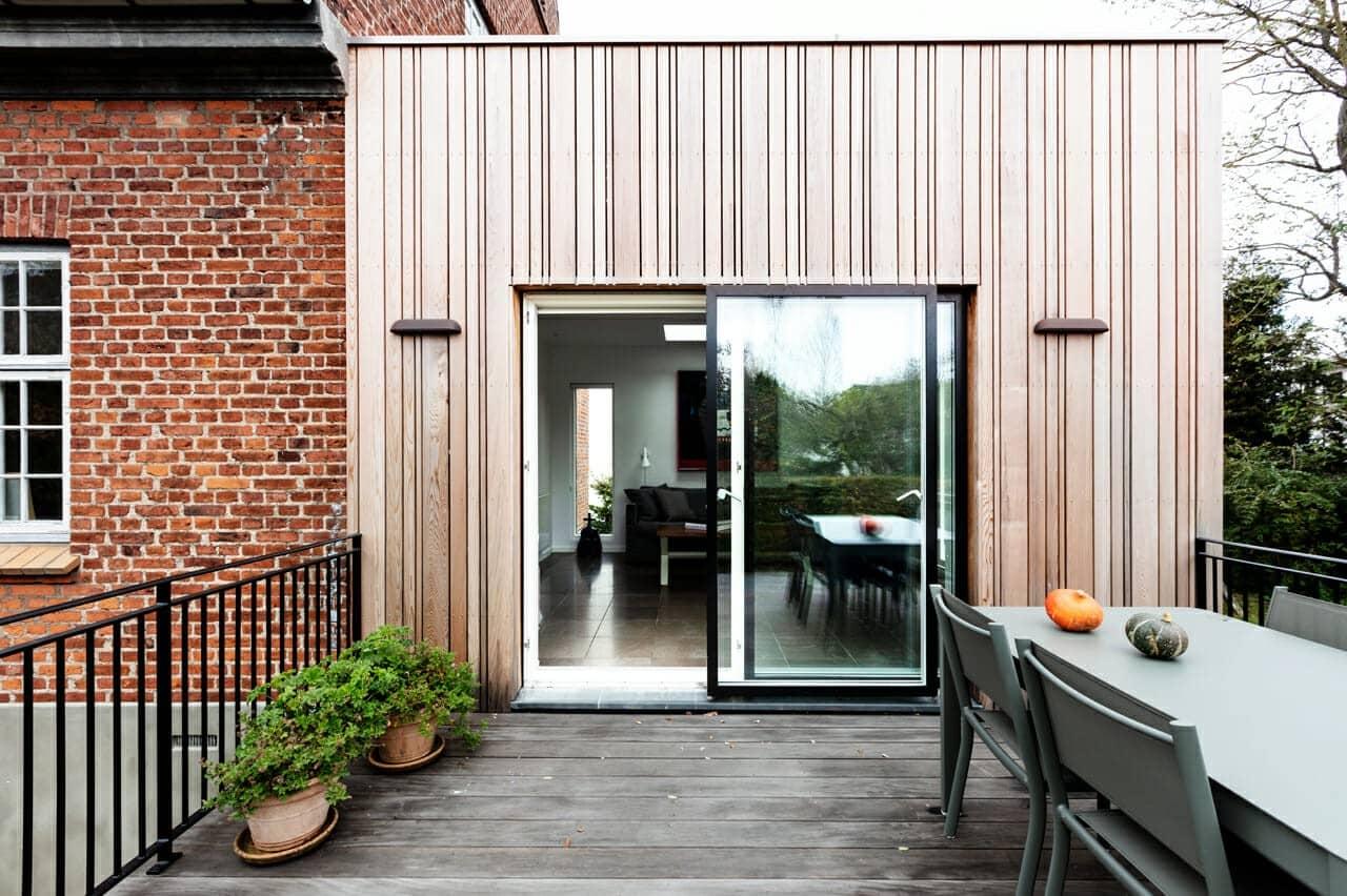 Terrasse i træ. God plads til gæster og skøn udsigt over haven