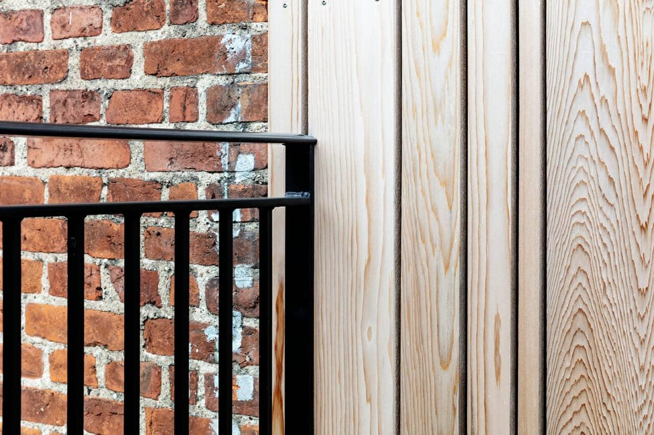 Gelænder, murværk og cedertræ
