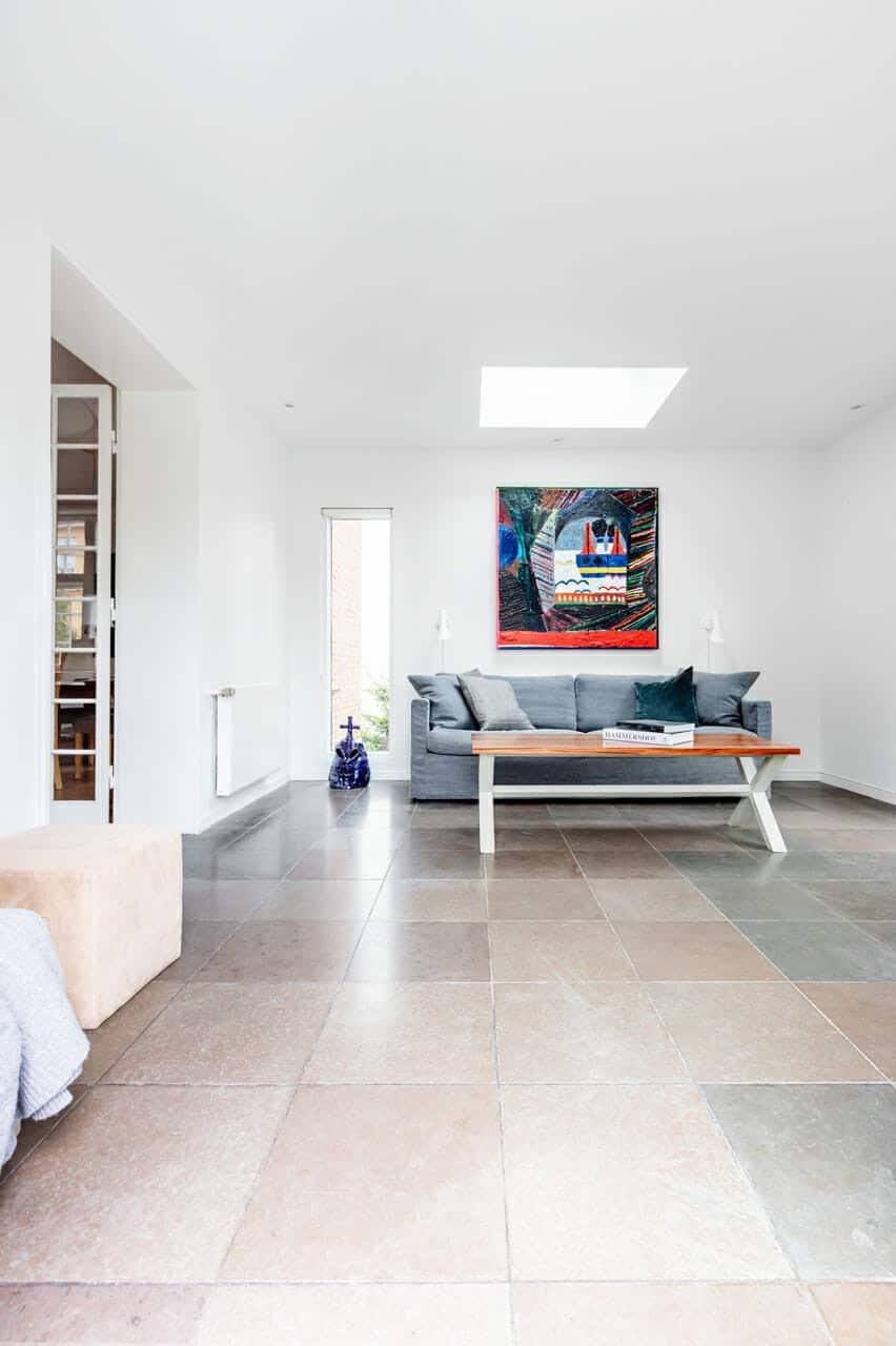Ovenlys og vinduesparti giver smukt lysindfald i tilbygning