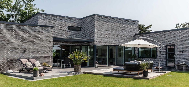 Nybygget funkisvilla med plads til teenageafdeling og hjemmekontor og smukke træterrasser
