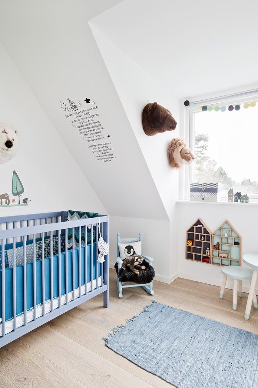 Børneværelse med udsigt i nyrenoveret og ombygget 1960'er-hus