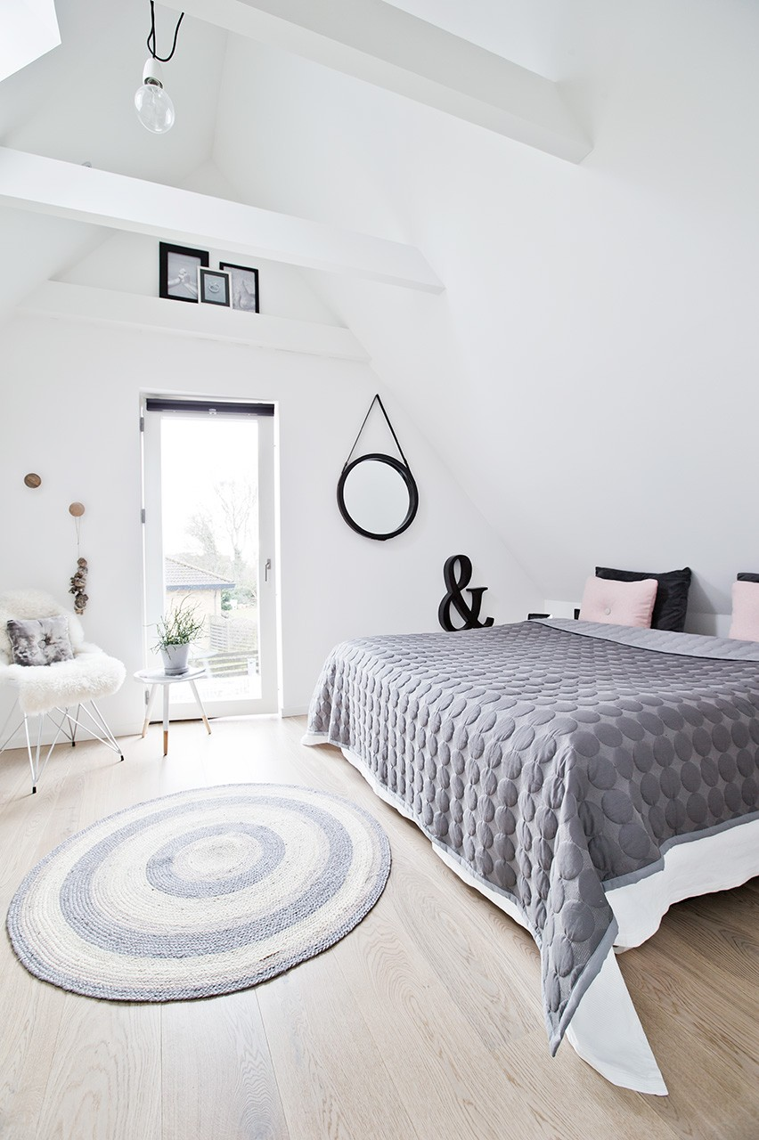 Smukt, højloftet soveværelse på ny førstesal
