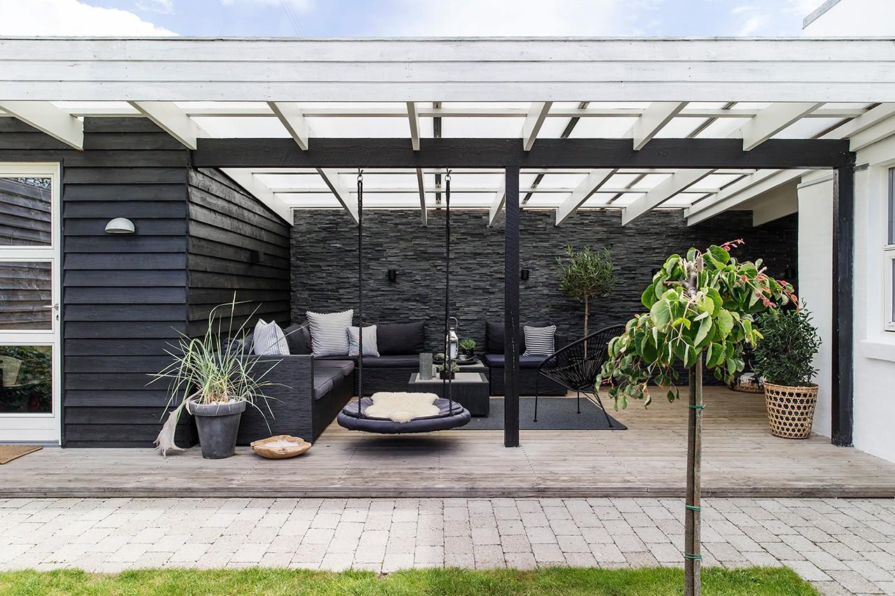 Hygge udenfor med stilfuld overdækket terrasse