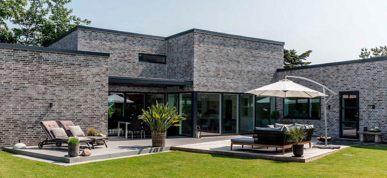 Nybygget-funkisvilla-med-plads-til-teenageafdeling-og-hjemmekontor-case-topfoto-1200x768