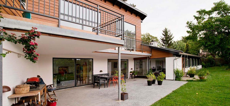 Parcelhus-fik-to-etager-og-haven-helt-ind-i-stuen-1200x768