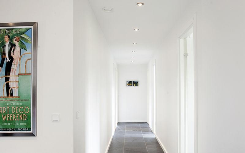 Store mørke fliser er anvendt i både badeværelser, fordelingsgang, bryggers og entré.