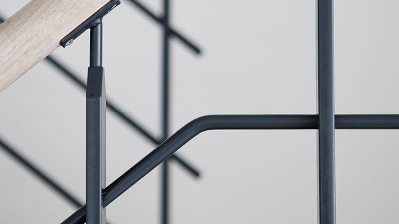 De små fine detaljer, som samlingerne på trappegelænderet - gør udtrykket stilfuldt og moderne.