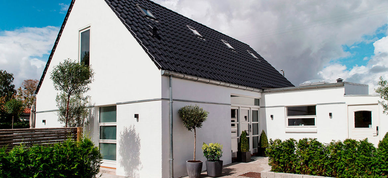 Skimmelramt-parcelhus-forvandlet-til-2-etagers-drømmevilla-HeroFoto-1500x781px