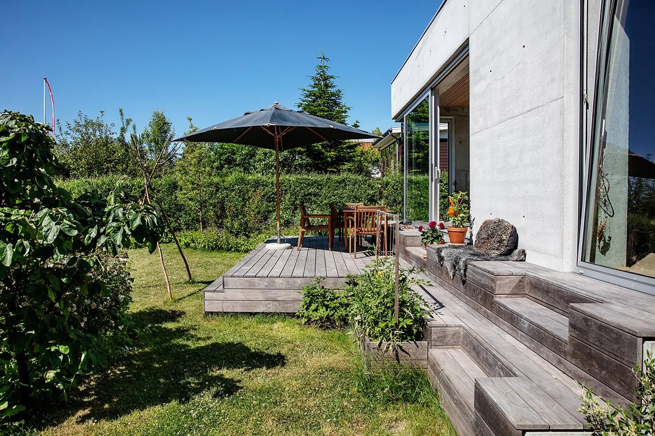Niveaudelt træterrasse giver god plads til at nyde havelivet